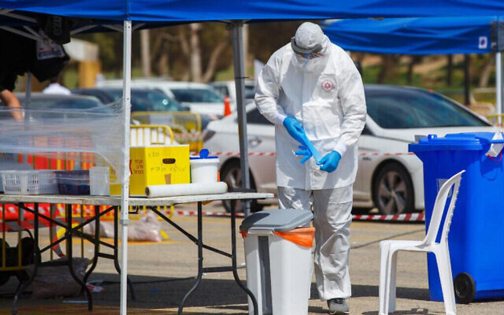 Les services d'urgence du Magen David Adom dans une structure de dépistage du coronavirus à Ashdod, le 1er avril 2020 (Crédit :  Flash90)