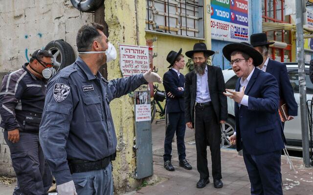 La police ferme des synagogues à Bnei Brak, le 1er avril 2020. (Crédit : Yossi Zamir/Flash90)