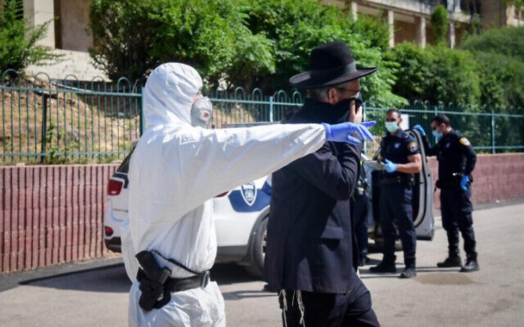 Des policiers évacuent des membres ultra-orthodoxes de la yeshiva Ponevezh à Bnei Brak, dans le cadre du confinement en pleine pandémie,le  2 avril 2020 (Crédit : Flash90)