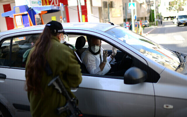 La police installe des checkpoints temporaires à l'entrée de la ville de Bnei Brak, le 3 avril 2020 (Crédit : Tomer Neuberg/Flash90)
