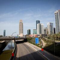 L'autoroute d'Ayalon vide à Tel Aviv, le 4 avril 2020 (Crédit : Miriam Alster/Flash90)