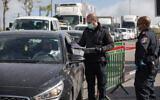 La police arrête voitures et piétons à l'entrer de l'implantation ultra-orthodoxe de Beitar Illit, le 6 avril 2020, après l'entrée en vigueur d'un confinement partiel pour endiguer la pandémie de coronavirus. (Crédit : Nati Shohat/Flash90)