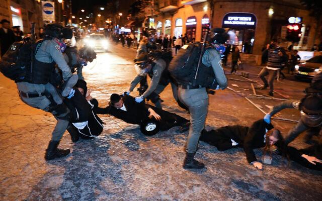 La police arrête un juif ultra-orthodoxe dans le quartier de Mea Shearim, suite à une manifestation contre les restrictions sur le coronavirus le 19 avril 2020. (Crédit ; Olivier Fitoussi/Flash90)