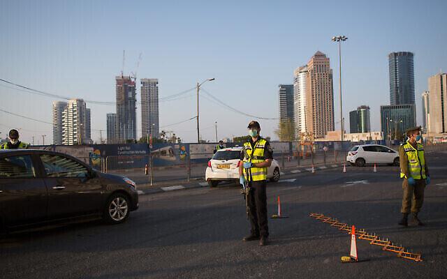 La police et les soldats israéliens ferment la Begin Road, proche de l'entrée de Ramat Gan à Tel Aviv, le 14 avril 2020 (Crédit : Miriam Alster/Flash90)