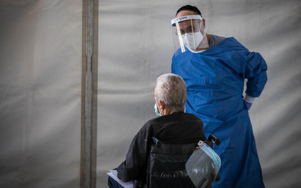 Un professionnel de santé reçoit un patient du coronavirus à l'hôpital Shaaré Zedek à Jérusalem, le 16 avril 2020. (Crédit : Nati Shohat/Flash90)
