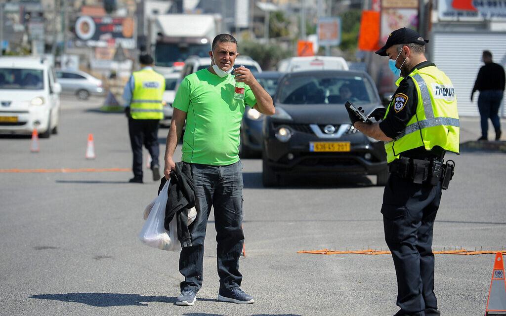La police à un check-point dans la ville de Deir al-Asad, dans le nord du pays, le 18 avril 2020, après qu'elle a été déclarée «zone restreinte » en raison du nombre croissant de cas de Covid-19. (Crédit : Basel Awidat / Flash90)