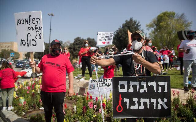 Des travailleurs indépendants israéliens participent à un rassemblement demandant le soutien financier du gouvernement devant la Knesset à Jérusalem, le 19 avril 2020. (Yonatan Sindel/Flash90)