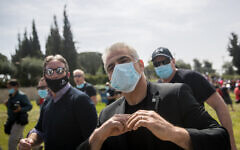 Le député Yair Lapid à un rassemblement de soutien pour les indépendants et les écoles maternelles touchées par la crise économique qui accompagne la pandémie de coronavirus, devant le Parlement israélien à Jérusalem, le 19 avril 2020. (Crédit : Yonatan Sindel/Flash90)