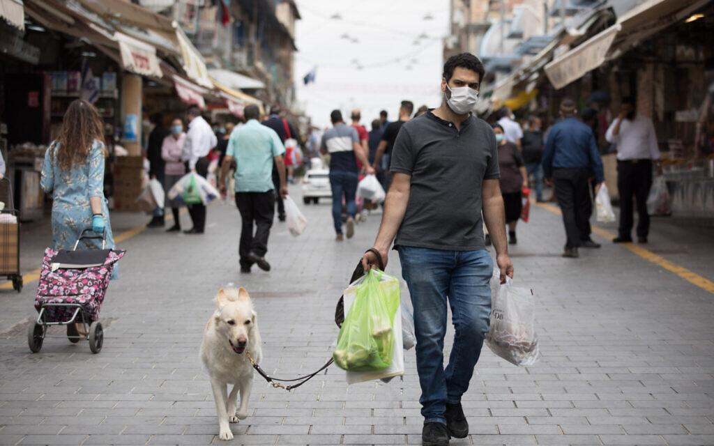 Les Israéliens font leurs courses alimentaires au marché Mahane Yehuda de Jérusalem, le 24 avril 2020 (Crédit : Nati Shohat/Flash90