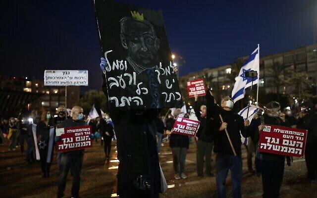 Les Israéliens manifestent contre le Premier ministre Benjamin Netanyahu à Tel Aviv, le 25 avril 2020 (Crédit : Miriam Alster/Flash90)