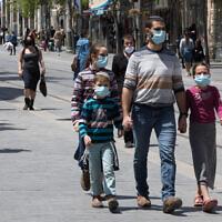 Des Israéliens sur la Jaffa Street, à Jérusalem, le 26 avril 2020. (Crédit : Nati Shohat/Flash90)