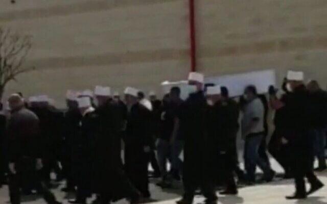 Capture d'écran d'une vidéo d'un enterrement dans la ville arabe israélienne d'Isfiya, le 15 avril 2020. (Douzième chaine)
