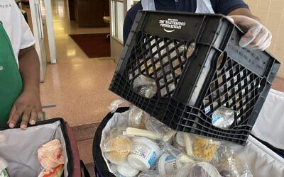 La ville de New York met à disposition des repas gratuits dans toute la ville. Certains sites offriront désormais des options casher. (Crédit : Rob Kim/Getty Images, via JTA)