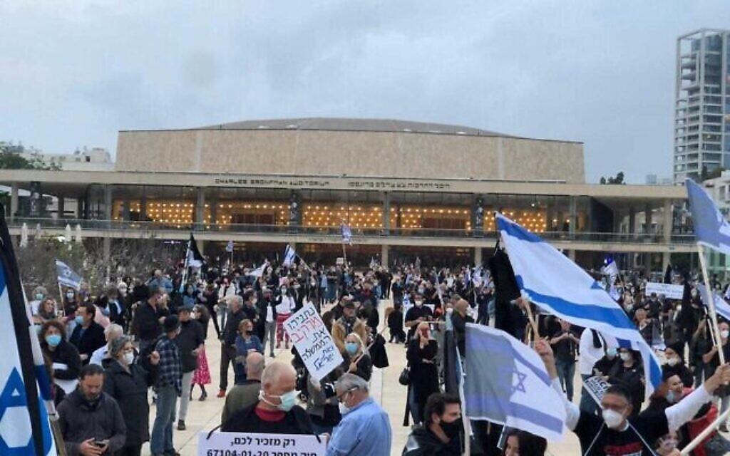 Des centaines de personnes assistent à une manifestation pro-démocratie à Tel Aviv le 16 avril 2020. (Crédit : autorisation)
