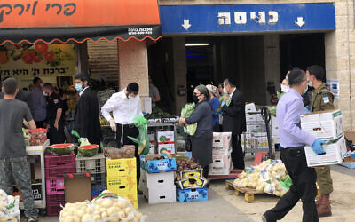 Des résidents de Beit Shemesh font des courses quelques heures avant le début de Pessah, le 8 avril 2020. (Crédit : Sam Sokol)