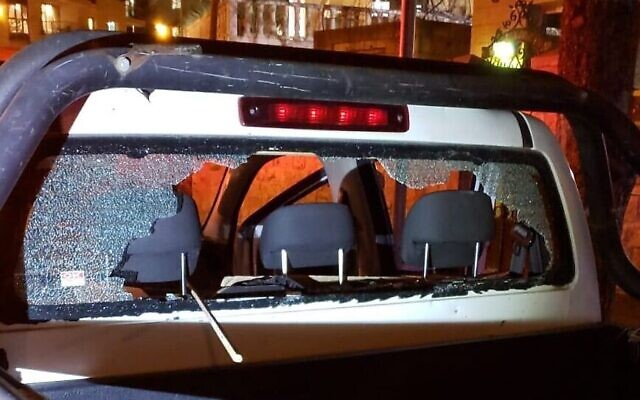 La fenêtre arrière endommagée d'un véhicule de la municipalité de Jérusalem ayant essuyé des jets de pierre, le 4 avril 2020 (Crédit : Magen David Adom)