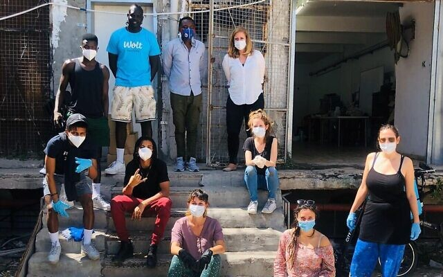 Leah Hecht et d'autres bénévoles assemblent des produits alimentaires pour en faire des colis à distribuer, dans le sud de Tel Aviv, le 3 avril 2020 (Autorisation : ARDC)