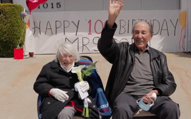 Marte Cohn salue ceux qui lui souhaitent un joyeux anniversaire depuis leurs voitures à l'occasion de ses 100 ans. (Autorisation via JTA)