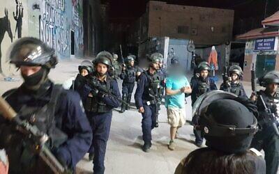 Photo d'illustration : Les forces israéliennes de sécurité arrêtent un Palestinien soupçonné d'avoir jeté une bombe artisanale au tombeau de Rachel dans le camp de réfugiés d'al-Ayda, en Cisjordanie, le 4 octobre 2018 (Crédit : Police israélienne)