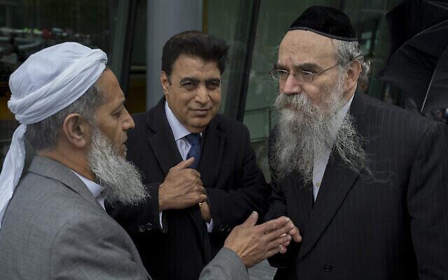 Le rabbin Avrohom Pinter, à droite, discute avec d'autres responsables communautaires à Londres, le 5 juin 2017. (Crédit : Richard Baker / In Pictures via Getty Images via JTA)