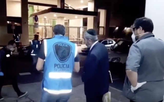 La police argentine lors d'un raid dans un mikvé, dans le nord de Buenos Aires, le 22 mars 2020 (Capture d'écran YouTube/ via JTA)