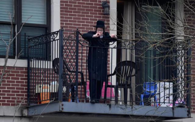 Un jeune juif ultra-orthodoxe à Brooklyn, New York, le 7 avril 2020. (Angela Weiss/AFP)