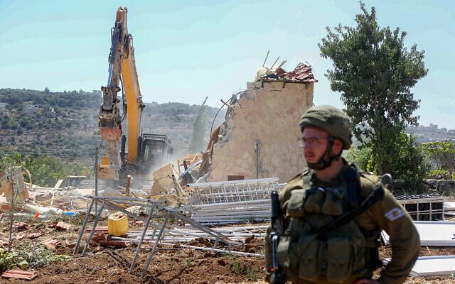 Les forces israéliennes de sécurité démolissent un bâtiment près de Beit Jala, en Cisjordanie, le 26 août 2019 (Crédit : Wisam Hashlamoun/Flash90)