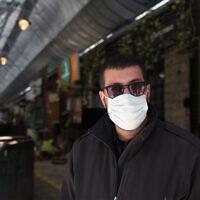 Un garde au marché de Mahane Yehuda fermé, à Jérusalem, le 29 mars 2020. (Crédit : Nati Shohat/Flash90)