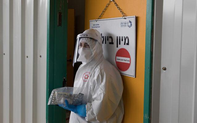 Un personnel du Magen David Adom  aux abords de l' unité coronavirus de l'hôpital Shaare Zedek de Jérusalem, le 10 avril 2020. (Crédit : Nati Shohat/Flash90)