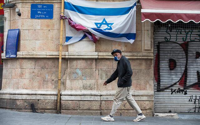 Un homme marche dans la rue Jaffa, dans le centre de Jérusalem, le 28 mars 2020. (Nati Shohat/Flash90)