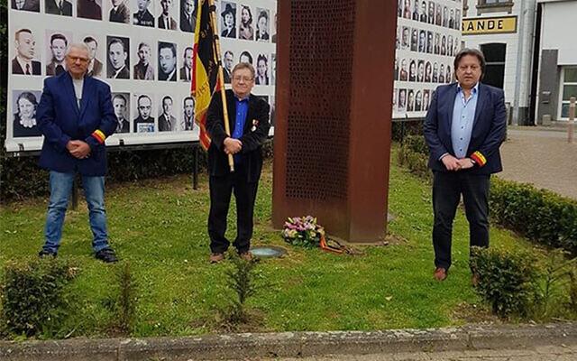 Michel Baert, à droite, et deux militants de la commémoration déposant une couronne de fleurs devant un monument de la Shoah à Boortmeerbeek, en Belgique, le 19 avril 2020. (Crédit : Michel Baert via JTA)