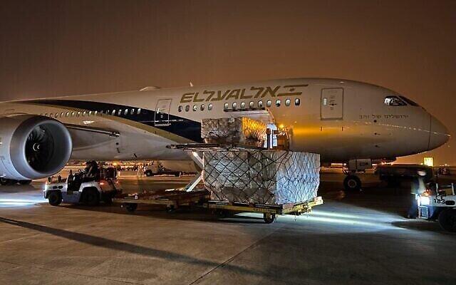 Un avion El Al en Chine, en plein chargement de matériel médical à acheminer en Israël, le 5 avril 2020. (Crédit : El Al)