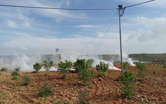 Des gaz lacrymogènes ont été tirés alors que des Israéliens d'implantations et des Palestiniens se sont affrontés près de la ville de Qusra en Judée-Samarie (Cisjordanie), le 6 avril 2020. (Avec l'aimable autorisation de la municipalité de Qusra)