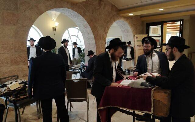 Les fidèles dans l'hôtel de quarantaine Prima Palace (Autorisation)