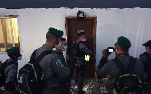 La police des frontières se rend dans une maison qui doit être démolie, dans l'avant-poste de Kumi Ori, le 22 avril 2020. (Autorisation)