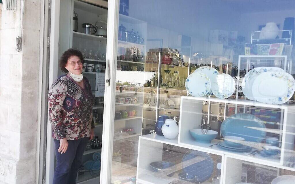 Sarah Weinstein a réaménagé la vitrine de sa boutique de décoration pour Yom HaHatsmaout, même si elle n'a eu aucun client en raison du coronavirus (Autorisation Sarah Weinstein)
