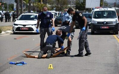 Les agents de police arrivent sur la scène d'un attentat terroriste présumé à Kfar Saba, dans le centre du pays, le 28 avril 2020 (Crédit : Police israélienne)