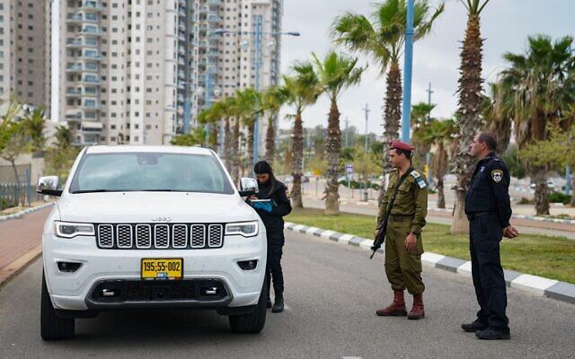 Un soldat de Tsahal et la police à un checkpoint durant la pandémie de coronavirus, le 2 avril 2020. (Crédit : armée israélienne)