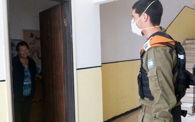Les soldats israéliens rendent visite aux personnes âgées dans le cadre d'un effort militaire visant à aider la population à risque du pays lors de l'épidémie de coronavirus du 2 avril 2020. (Crédit : armée israélienne)