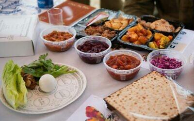 Tsahal montre à quoi ressembleront les repas du seder qu'elle prévoit de servir dans ses bases, le 6 avril 2020. (Armée israélienne)