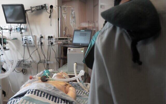 Une unité technologique du renseignement militaire teste le ventilateur improvisé qu'elle a créé pour aider le système de santé à faire face à l'épidémie de coronavirus, le 15 avril 2020. (Crédit : Armée israélienne)