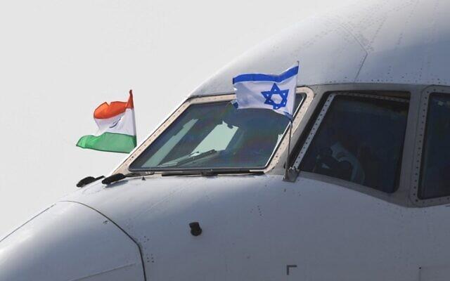L'avion transportant le Premier ministre Benjamin Netanyahu et sa femme Sara Netanyahu arrive sur une base de l'armée de l'Air dans la capitale indienne de New Delhi le 14 janvier 2018. (PRAKASH SINGH /AFP PHOTO)