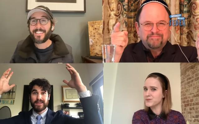 Jason Alexander, en haut à droite, invite les non Juifs Josh Groban, en haut à gauche, Darren Criss, en bas à gauche, et Rachel Brosnahan à participer une visio-conférence de Seder sur YouTube le 11 avril 2020. (Capture d'écran)