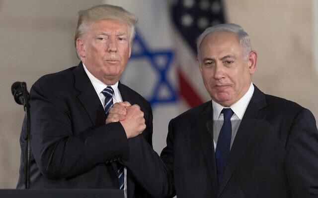 Le Premier ministre Benjamin Netanyahu, à droite, et le président américain Donald Trump se serrent la main au Musée Israël à Jérusalem, le 23 mai 2017. (AP/Sebastian Scheiner)