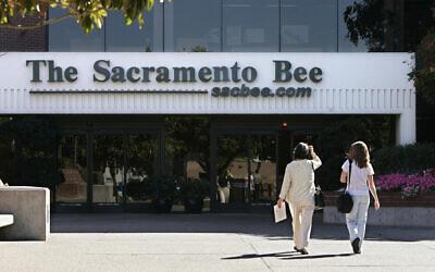 Dans cette photo du 25 août 2008, des personnes entrent dans le bâtiment du journal Sacramento Bee à Sacramento, en Californie. (AP Photo/Rich Pedroncelli, File)
