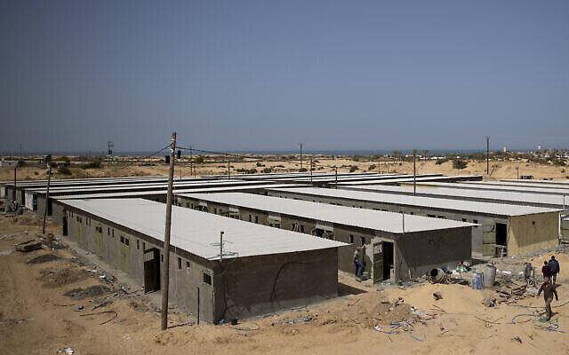 Des ouvriers palestiniens construisent un complexe de mise en quarantaine pour les patients atteints du coronavirus dans le sud de la bande de Gaza, le lundi 30 mars 2020. (AP Photo/Khalil Hamra)