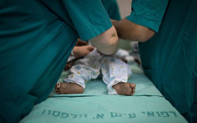 Des médecins traitent un bébé à l'hôpital Wolfson à Holon en Israël, le 13 août 2018. ( Hadas Parush/Flash90 )
