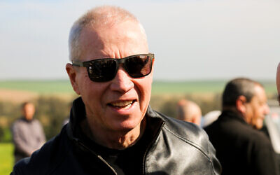 Le Ministre de l'Immigration et de l'Intégration Yoav Galant participe à une cérémonie en mémoire du Premier ministre israélien Ariel Sharon, le 21 février 2020, au ranch Sycamore de la famille, à proximité de la ville israélienne de Sderot. (Flash90)