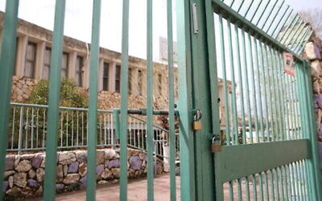 Une école fermée dans la ville de Safed, dans le nord d'Israël,  le 13 mars 2020.  (David Cohen/Flash90)