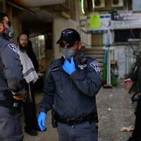 La police patrouille dans la ville à majorité ultra-orthodoxe de Bnei Brak, le 30 mars 2020. (Tomer Neuberg/Flash90)